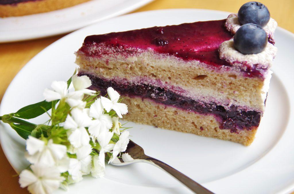 Torte mit Heidelbeeren, Buttercreme und Fruchtspiegel, vegan und ohne Zucker