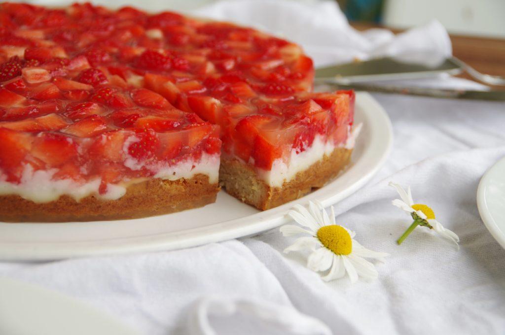 Erdbeerkuchen mit Vanillepudding. Vegan und ohne Zucker