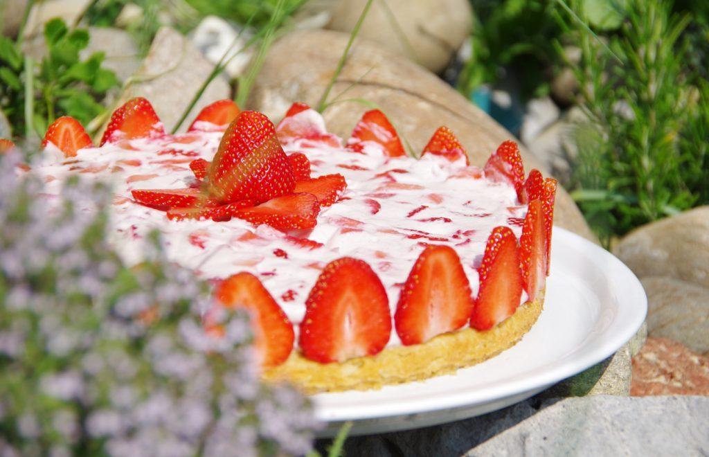 Erdbeertorte mit frischen Erdbeeren vegan und ohne Zucker
