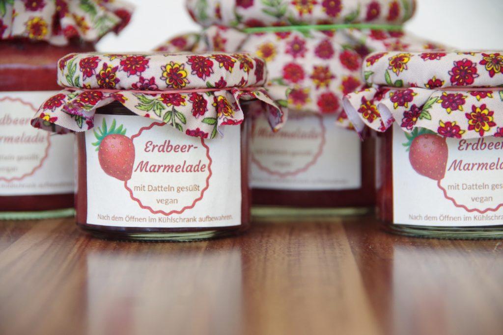 Erdbeermarmelade in Gläsern