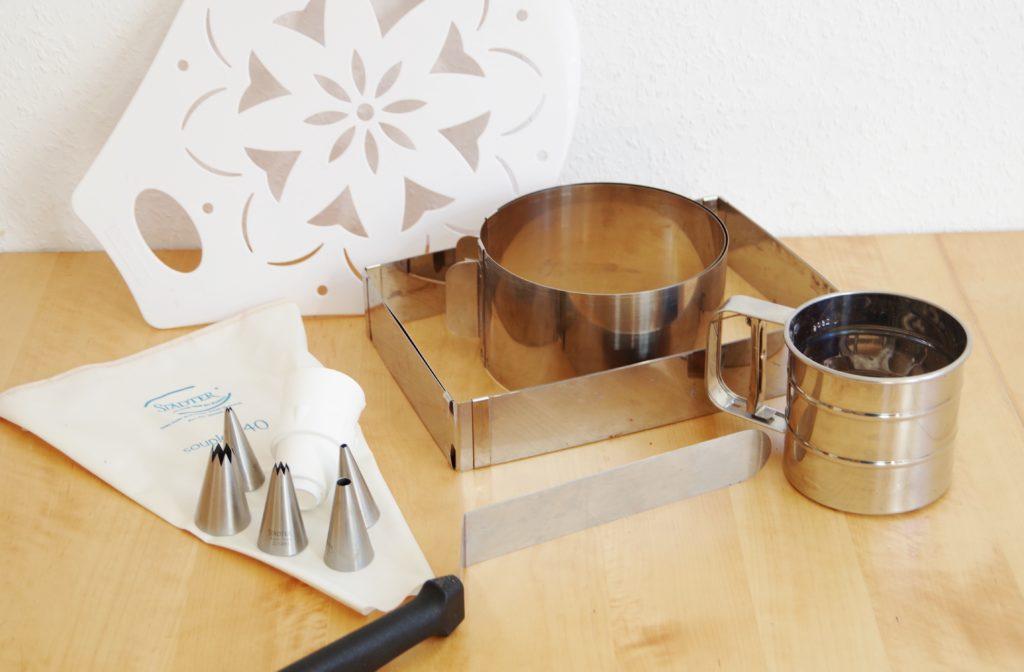 Meine Ausstattung für Torten und Co:  Tortenheber, Backrahmen, Tortenring, Spritzbeutel mit Aufsötzen, Winkelpalette, Mehlsieb