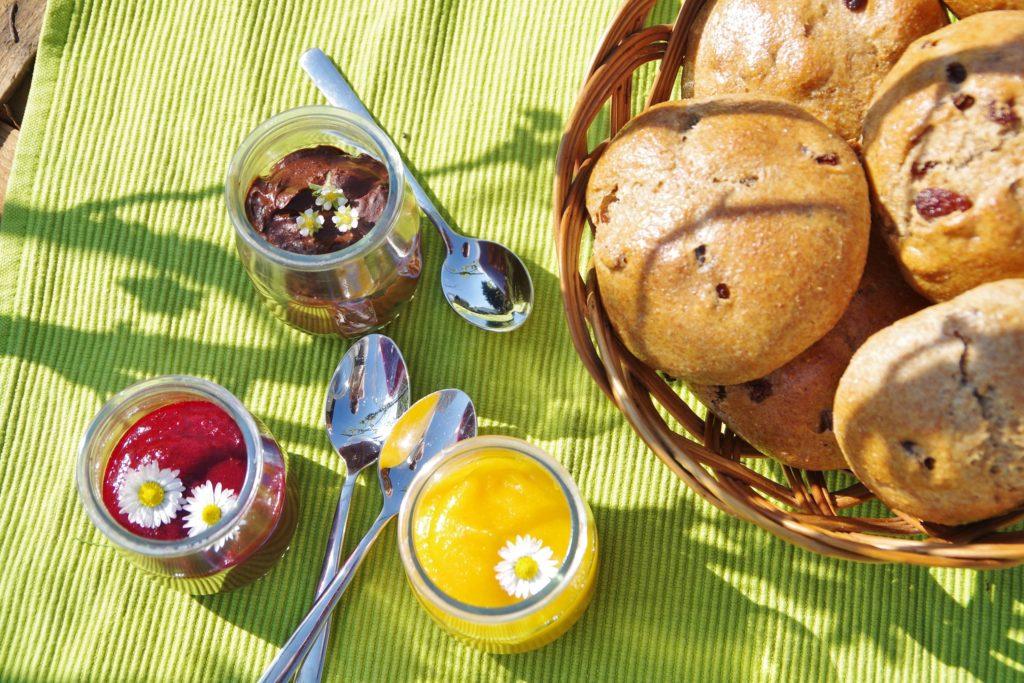 vollwertige Rosinenbrötchen mit Marmelade, vegan und zuckerfrei