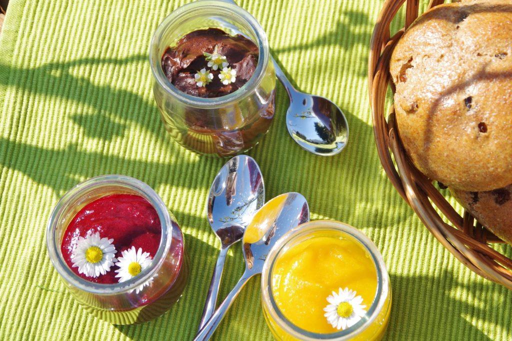 Drei Aufstriche ohne Zucker: Beerenmarmelade, Aprikosemnmarmelade und Schokocreme