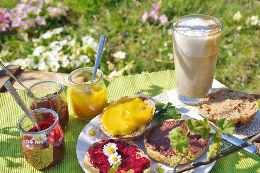 Vollwertiges OSterfrühstück mit Rosinenbrötchen, Marmelade und Macciato