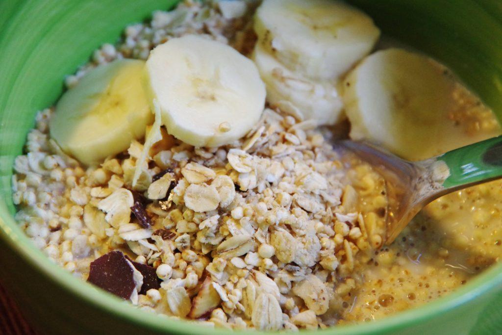 Schokomüsli mit Haferflocken Quinoa Haselnüssen und Dattelschokolade