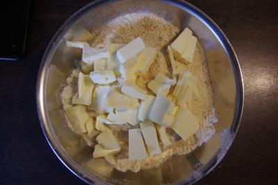 Dattel-Mehl und Margarine verkneten