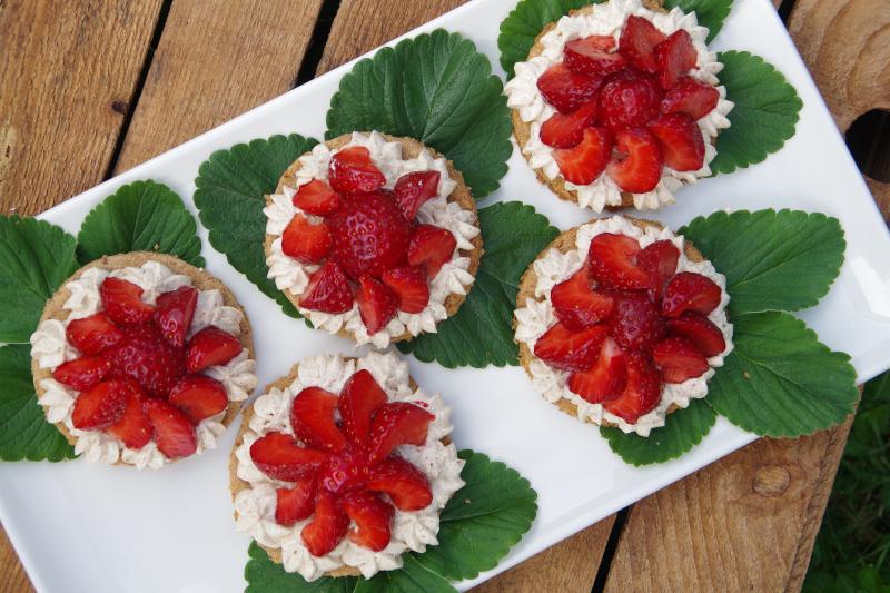 Erdbeertörtchen mit Buttercreme vegan und zuckerfrei
